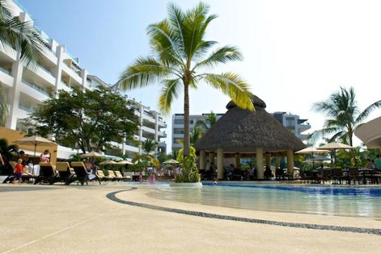 Marival Residences Luxury Resort Nuevo Vallarta: Pool side