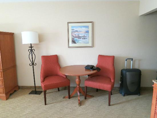 BEST WESTERN PLUS Monterey Inn: Nice seating area in the room
