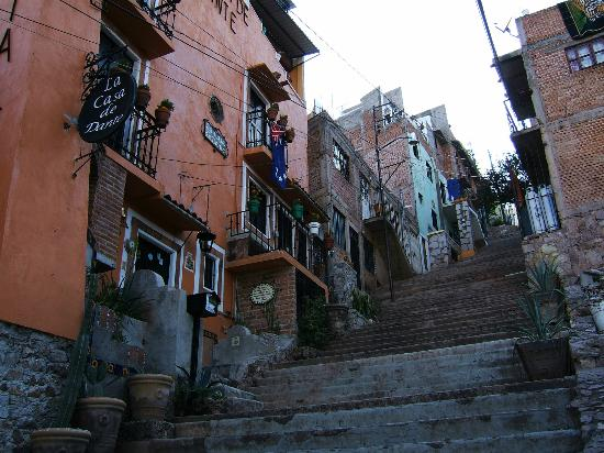 Casa de Dante Hostel: Looking up the hill from Casa de Dante