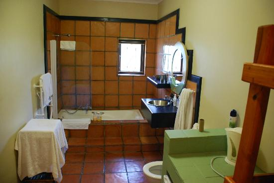 House on Westcliff : Large bathroom