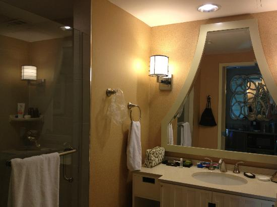 Embassy Suites by Hilton Houston Downtown: Corner King Bathroom with walk in shower!