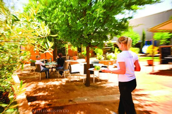 Fowles Wine Cellar Door and Cafe: Fowles Wine shady courtyard