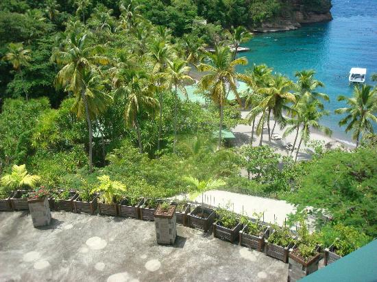 Jade Mountain Resort: view down to the beach