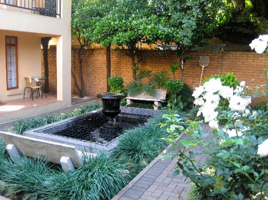 Del Roza Guest House: grounds