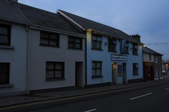 Salmon Weir Hostel: Front of the hostel