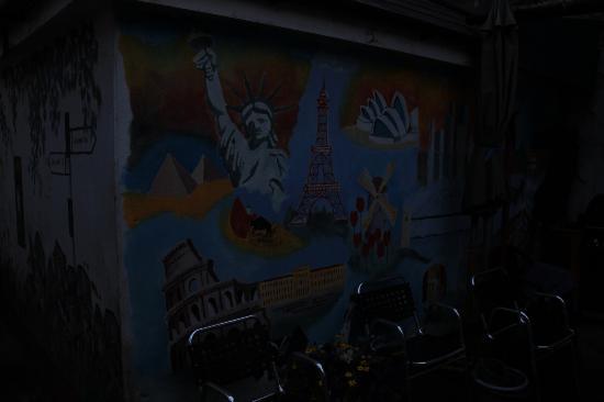Salmon Weir Hostel: Lovely mural outside