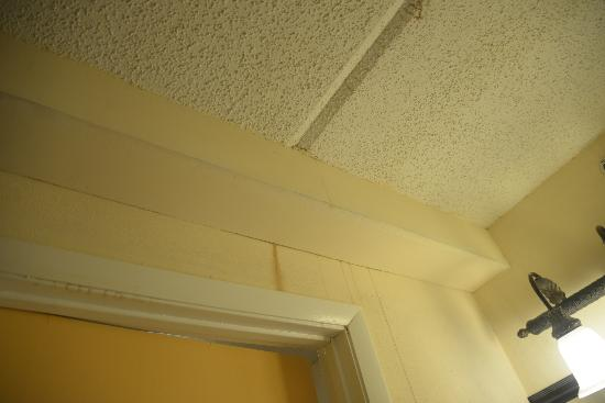Cumberland Island Inn & Suites: strange markings all over room, dirty
