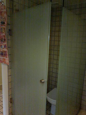 Ocean Coral & Turquesa: Door on toilet stall ... they don't stay shut ... not too private!