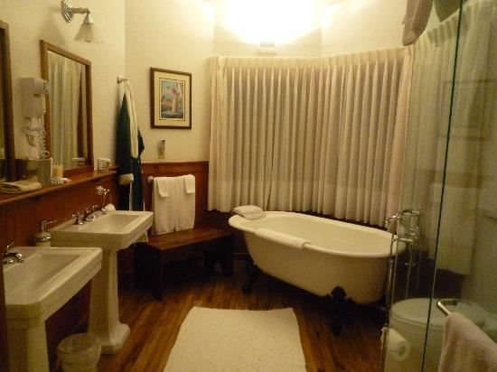 The Lodge on Lake Lure: Tub that overlooks the lake