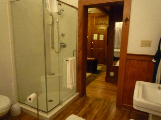 The Lodge on Lake Lure: Seperate shower stall