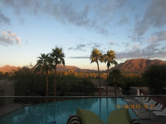 Sanctuary Camelback Mountain: The Edge restaurant at sunrise
