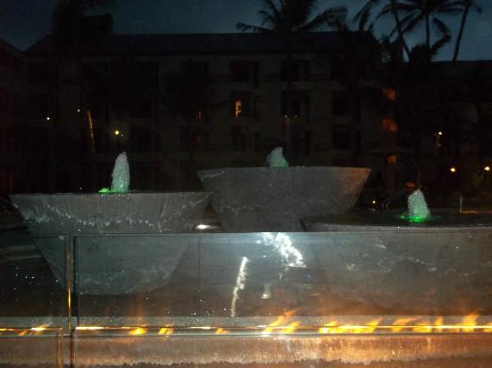 Courtyard Kaua'i at Coconut Beach: Pool area at night