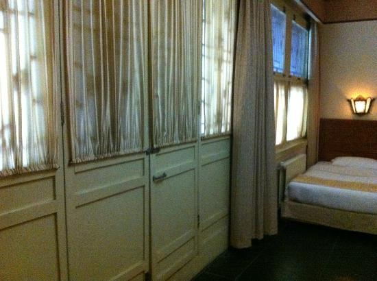 Jingyuan Courtyard Hotel: Old-style door in deluxe room