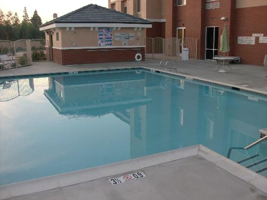 Fairfield Inn & Suites Visalia Tulare: no jacuzzi,cold ,icy pool.no apologies!
