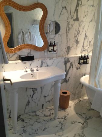 Hotel Thoumieux: Marble bathroom to the hilt.