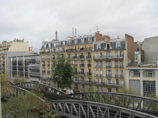 Hotel Tourisme Avenue: View from room, Eiffel Tower view.