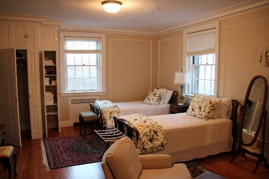 Hornsby House Inn: 2nd part of the other suite pictured