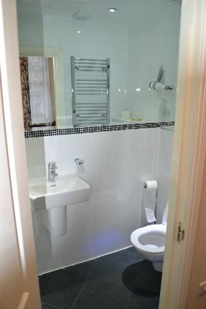 MStay Russell Court Hotel: Bathroom of ground floor room behind reception