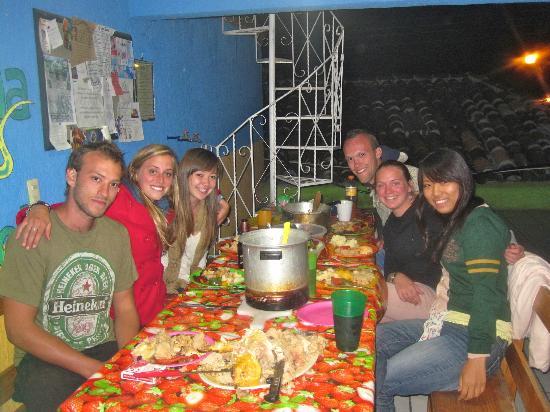 إجوانا هوستل: Communal Dinner! 