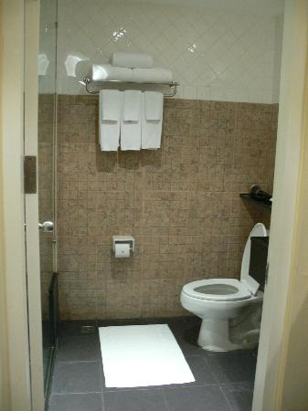 Novotel Phuket Surin Beach Resort.: bathroom
