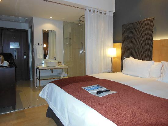 Protea Hotel O.R. Tambo Airport: Bedroom with king bed
