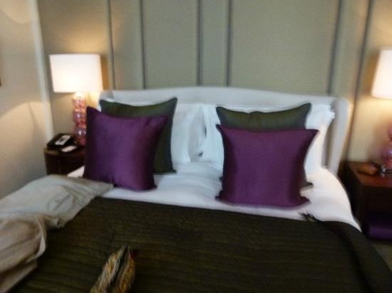 Corinthia Hotel London: The extremely comfy bed .....