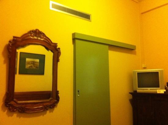 Castlereagh Boutique Hotel: bathroom door