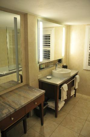 Newstead Belmont Hills Hotel: Main Bathroom