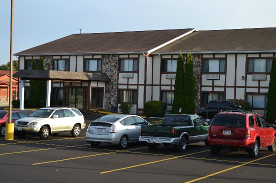 Sky Lodge Inn & Suites: Parking Lot