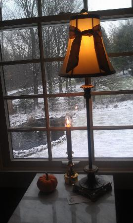 Mary's Meadow B&B at Fernwood Farm: View of the pond from our room on snowy morning