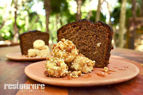 Restaurare: banana cake with amaranth and caramelized nuts