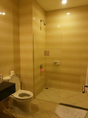 كوتا سنترال بارك هوتل: Large bathroom