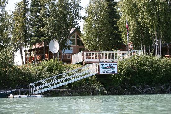 Riddle's Fishing Lodge: View of Lodge from the Kenai River