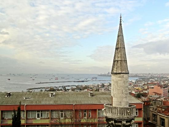 Lausos Hotel: View from our room (Marmara Sea and a local mosque)