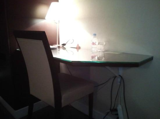Hotel Arc Elysees : DESK IN THE ROOM