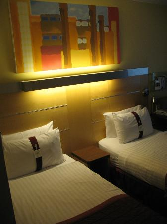 Holiday Inn Express London - Park Royal: beds
