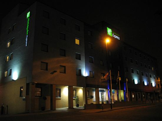 Holiday Inn Express London - Park Royal: night view of exterior