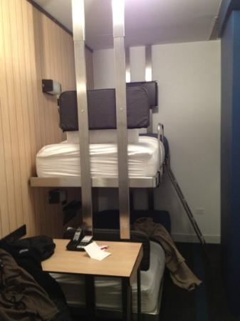 Pod 39 Hotel: bunk beds - note the pic almost completely captures room width