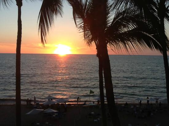 Playa Los Arcos Hotel Beach Resort & Spa: Sunset view from our balcony at the hotel