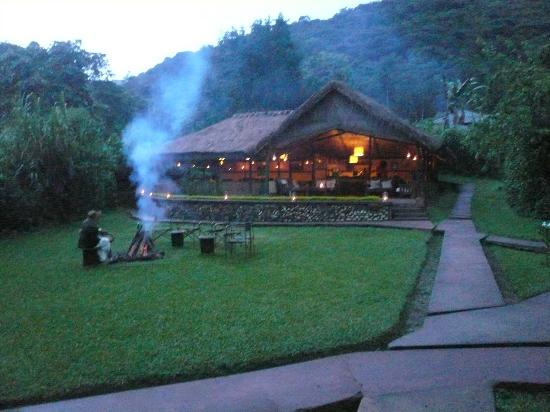 Sanctuary Gorilla Forest Camp: Welcoming fire in the evening