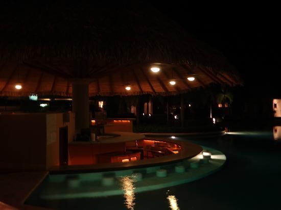 The Westin Golf Resort & Spa, Playa Conchal - An All-Inclusive Resort: Swim-up bar at night