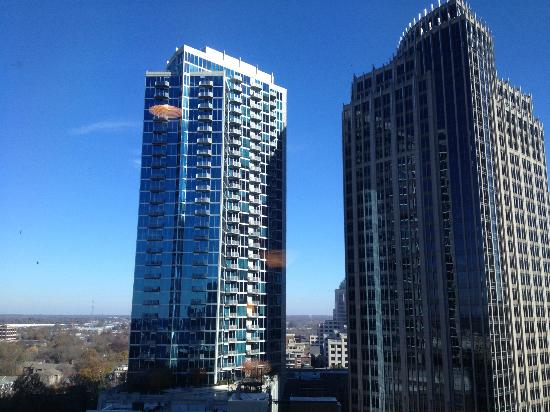 Charlotte Marriott City Center: View from where the elevators at!! LOVE THIS VIEW!!! Wish I had a room right there.