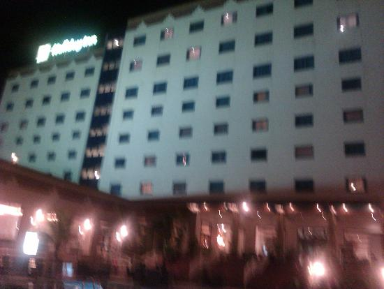 Holiday Inn Accra Airport: Snap shot from pool side at nite