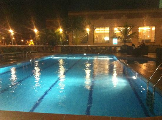 Holiday Inn Accra Airport: Swimming Pool at Nite