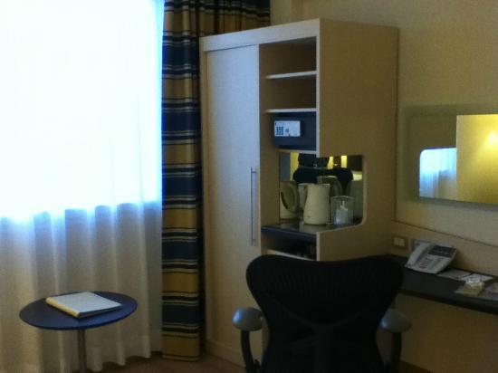 Hilton Garden Inn Rome Airport: Wardrobe