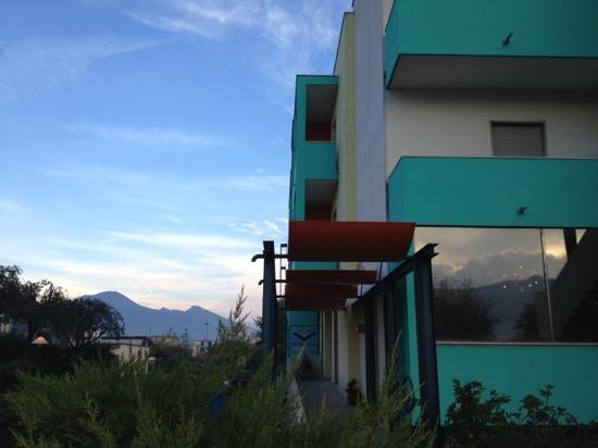 Maiuri Hotel: vista dell'hotel e il Vesuvio dietro