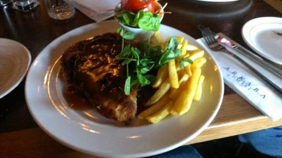 Arkaba Hotel: Chicken Schnitzel with Gravy served in the Ark Bistro - excellent meal