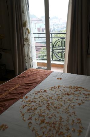 Hanoi Charming 2 Hotel: Flowers on the bed when we checked in