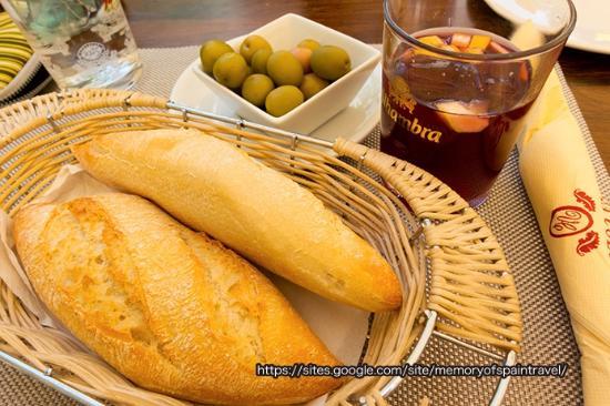 Via Colon: パンとオリーブとサングリア