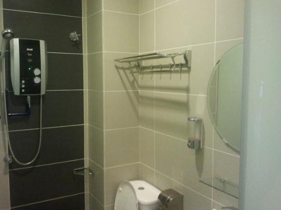 E-Hotel: clean toilet